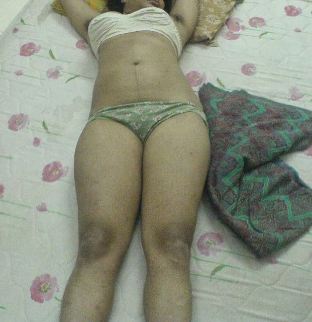 Nude Mumabi Bhabhi showing big Boobs