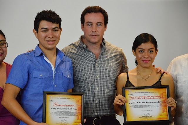 Premian a la ganadora de la mejor tesis en Derechos Humanos