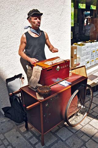 Philippe, chanteur de rue et son orgue de barbarie