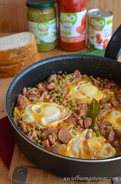 Jajka sadzone na boczku z kiełbasą i groszkiem