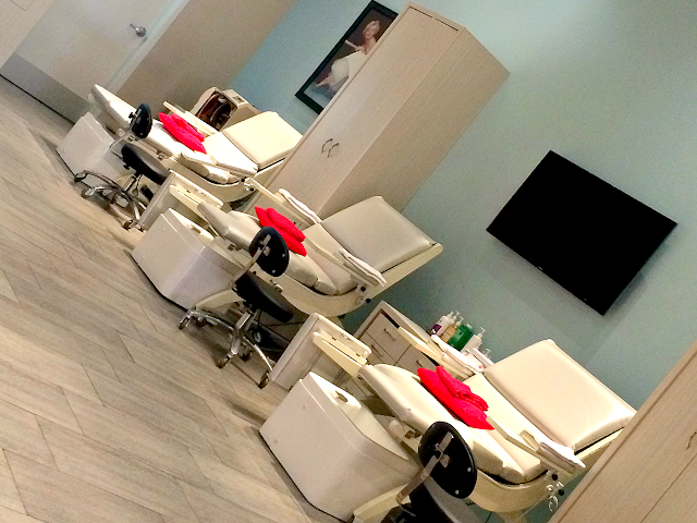 marilyn-monroe-spas-nail-lounge-chairs
