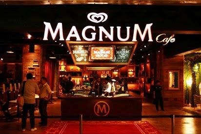 Siapa yang tidak kenal dengan es krim Magnum dari Walls. Es krim berbentuk stik yang di balut dengan coklat tebal ini sangat populer di kalangan masyarakat. Bahkan kini telah di buatkan café khusus es krim Magnum. Café Magnum ini tidak hanya menawarkan es krim Magnum biasa namun juga es krim racikan yang di buat oleh seorang chef. Harga menu di Magnum Café berkisar dari harga Rp. 10 ribuan hingga Rp. 165 ribuan. Berikut daftar harga menu di Magnum Café yang bisa digunakan sebagai referensi ketika berkunjung ke Magnum Café: Magnum Stick All Variant Berbagai macam varian menu Magnum Stick dapat ditemui di Magnum Café. Harga menu di Magnum Café untuk varian Magnum Stick berkisar Rp. 12.000- Rp. 13.000. Daftar harga menu di Magnum Café racikan: The Grand Graufe Es krim yang terdiri dari waffle coklat Belgia yang crispy dengan es krim Magnum vanilla dan coklat dan dihiasi dengan coklat cair. Harga menu di Magnum café untuk menu ini adalah Rp. 65.000. De Rainbow District Menu ini merupakan gabungan antara Rainbow cake dan es krim Magnum Vanilla dan di hiasi dengan whipped cream. Harga menu ini adalah Rp. 55.000. Macarone de Atomium Menu ini merupakan gabungan kue Macarone raspberry besar dengan es krim Magnum vanilla dengan saus coklat yang lezat. Harga menu di Magnum Café untuk menu ini adalah Rp. 55.000. Macarone de Magritte Menu ini sama dengan menu Macarone de Atomium. Namun, menu ini adalah gabungan dari kue Macaron Hazelnut besar dengan bola coklat kopi dan es Krim Magnum brownies. Harga menu di Magnum Café untuk menu ini adalah Rp. 55.000. Pancake de Ostend 3 buah pancake mungil yang di padu dengan es krim Magnum mini rasa Vanilla, dengan filling strawberry, blueberry dan kacang. Harga menu ini adalah Rp. 55.000. Pain de Charleroi Roti panggang yang di padu dengan es krim Magnum mini rasa coklat dengan saus strawberry, pisang dan magnum coklat. Harga menu ini di banderol seharga Rp. 55.000.  Café de Bulge Menu ini merupakan percampuran antara es krim magnum coklat 