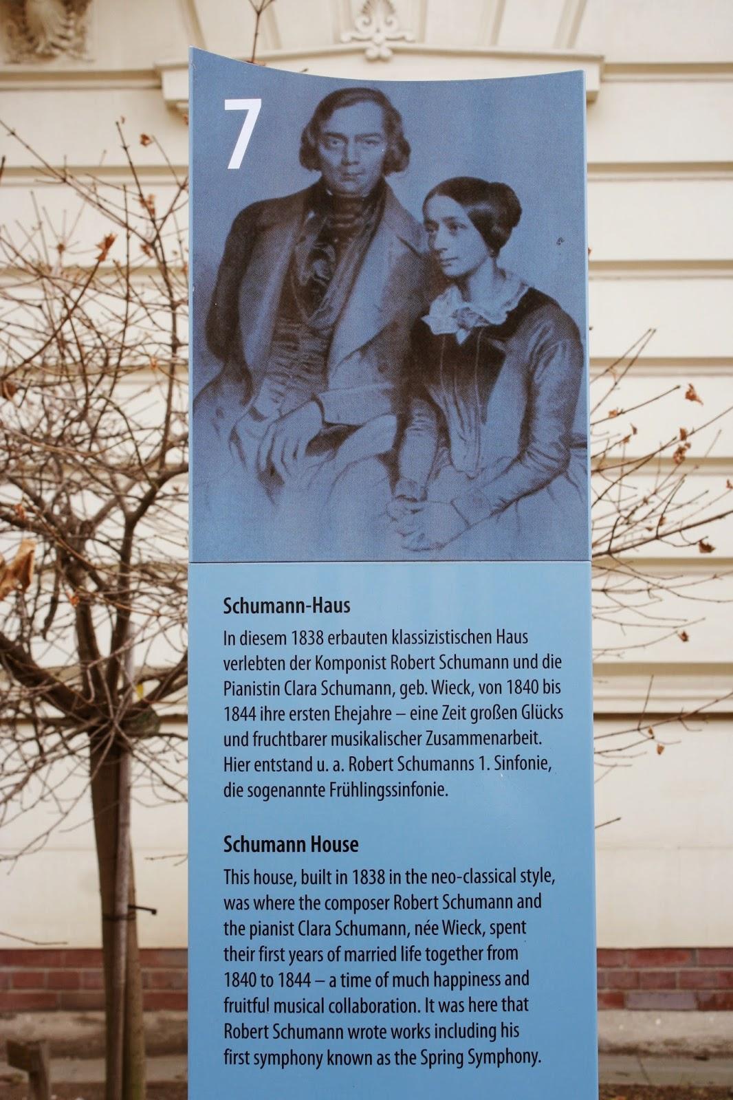 Geschichtstafel zu den Schumanns vor dem Gebäude
