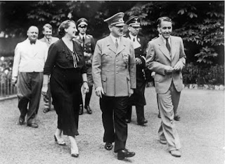 Hitler en el jardín de la casa de los Wagner en Bayreuth, 1938