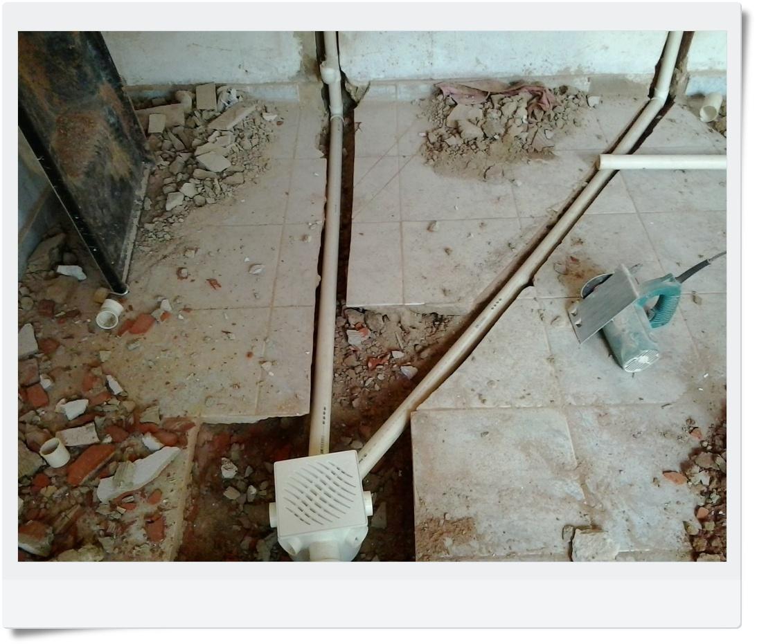 Joelho na base da encanação para o escoamento da água do tanquinho. #5F4832 1093 931