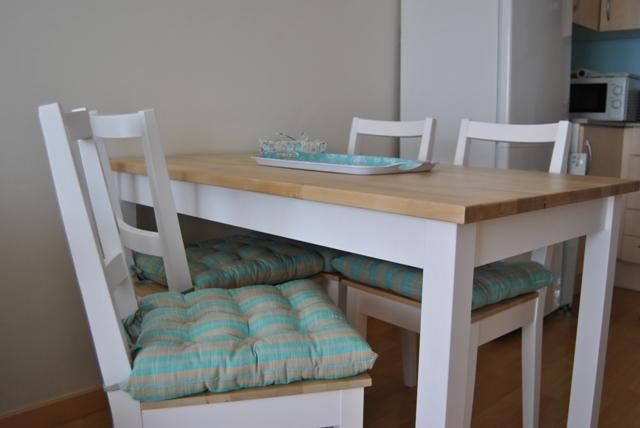 La mesa de patas blancas y sobre de madera de romina for Mesas y sillas blancas de comedor