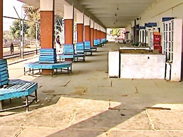 railway platform essay Tag archives: train a scene at a english essay for kids subject write an english essay on a scene at a railway station in your the scene at a railway platform.