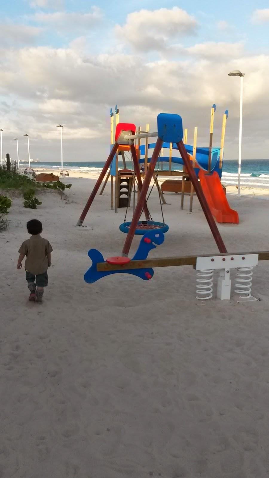praia-pública-cancun-delfines-crianças-niños