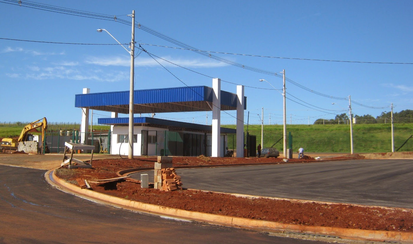 A portaria geral do empreendimento CLIP possui amplo estacionamento lateral de apoio logístico às empresas.