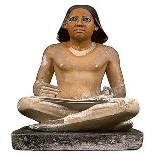 الكاتب الجالس من عصر الدولة القديمة من الحجر الجيرى-المتحف المصرى