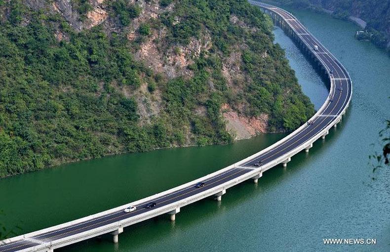 La primera carretera construida en el medio del río de un valle en China