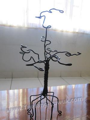 Wire_tree_as_earrings_holder