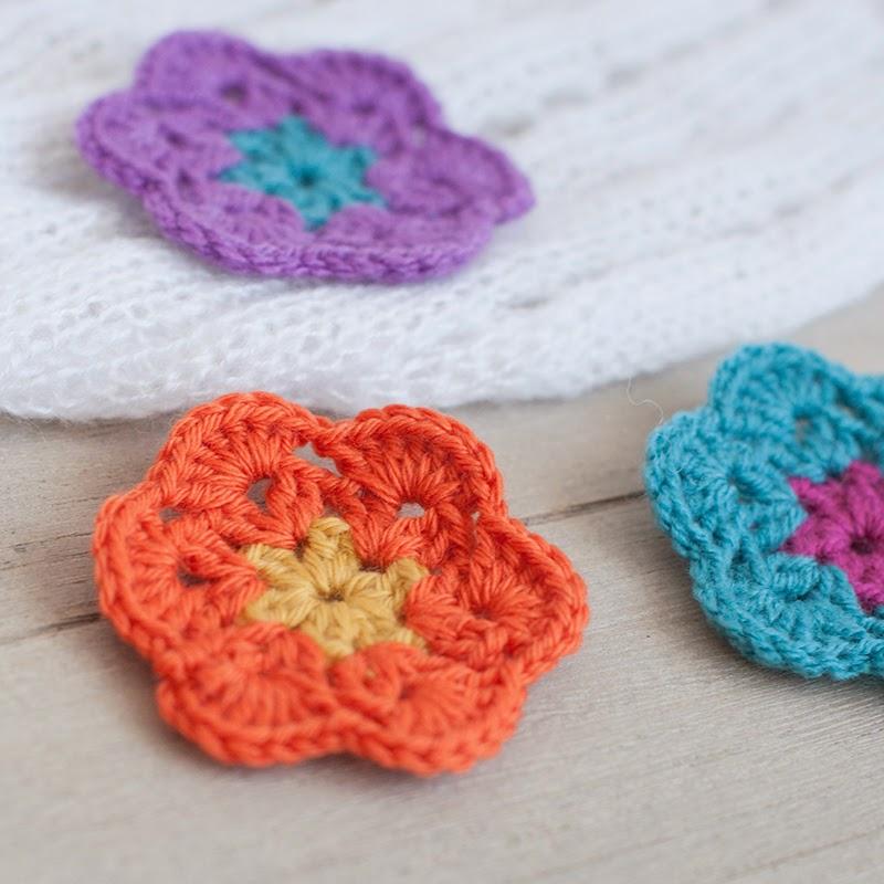 Parches decorativos de ganchillo con forma de flor
