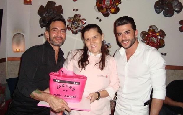 Marc Jacobs com a doceira Fernanda Toledo e o namorado Harry Louis e o bolo de aniversário (Foto: Divulgação)
