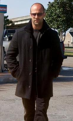 Jason Statham caminando por las calles
