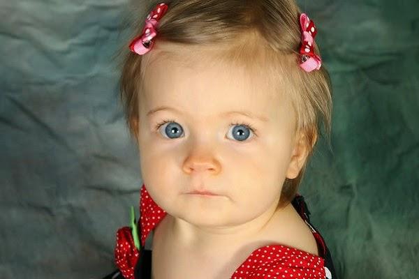 Photo bébé 1 an avec des yeux bleus