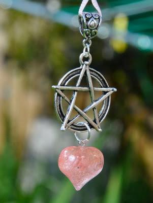 rose quartz,pentacle,astarte-moon,pagan