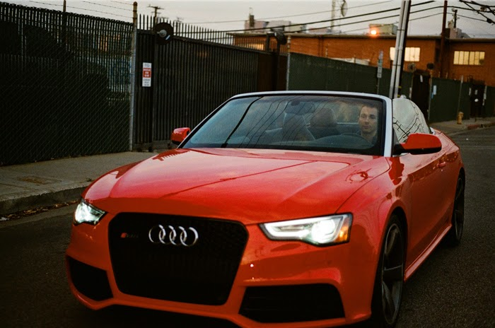 Audi de color rojo.
