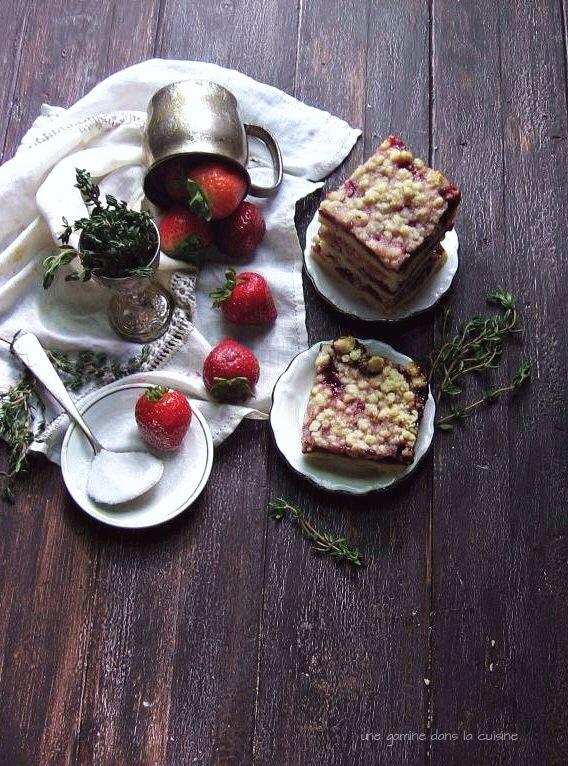 strawberry + thyme crumb bars :: une gamine dans la cuisine
