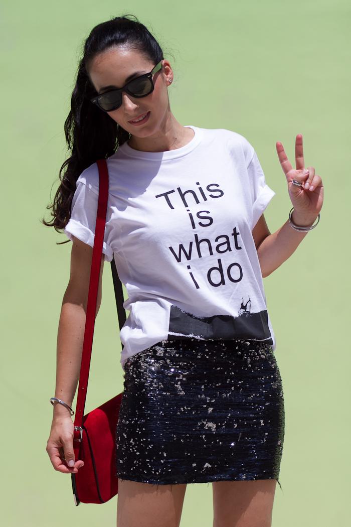 Outfit con camiseta de LIKE TO SURF y falda de lentejuelas
