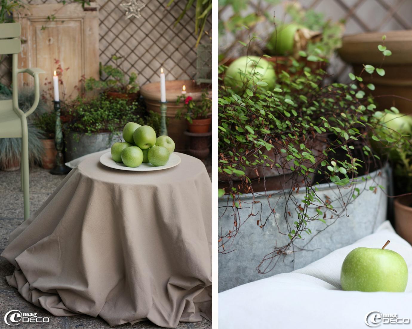 Plateau de pommes verte posé sur un guéridon, au milieu de la terrasse, chez Philippe auteur du blog Gris-bleu, à Paris