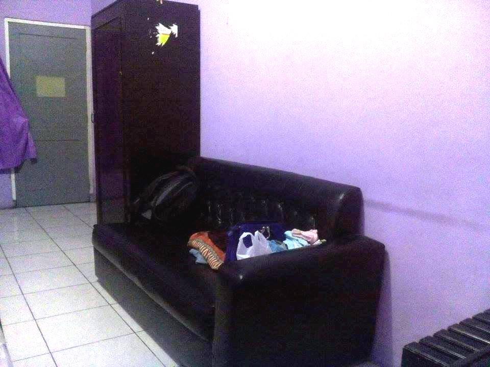 Dan Lebih Menyenangkan Lagi Adalah Adanya Sofa Panjang Rasanya Jadi Pengen Rebahan Di Sambil Kaki Nangkring Diatas Tempat Tidur Lemarinya Besar