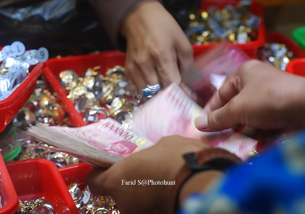 foto human interest. Trend Batu Akik. Pasar Rawabening Jakarta