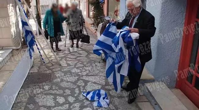 Έσκισαν από τα κοντάρια τις Ελληνικές Σημαίες στο Σαϊτάν Παζάρ στην Πρέβεζα – ΔΕΙΤΕ το βίντεο