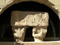 L'antiga porta de la rectoria on actualment hi ha col·locat un sarcòfag