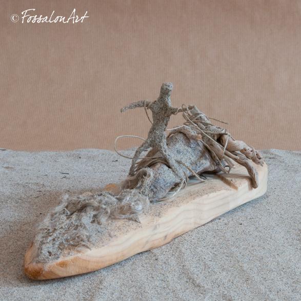 Scultura in corda, legno e sabbia