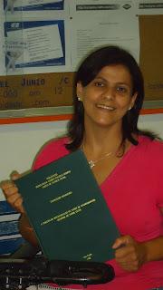 Descrição da imagem: foto de Francelene segurando a capa do seu TCC