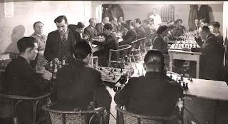 José Devesa dando simultáneas de ajedrez en el Horta Alfil Club