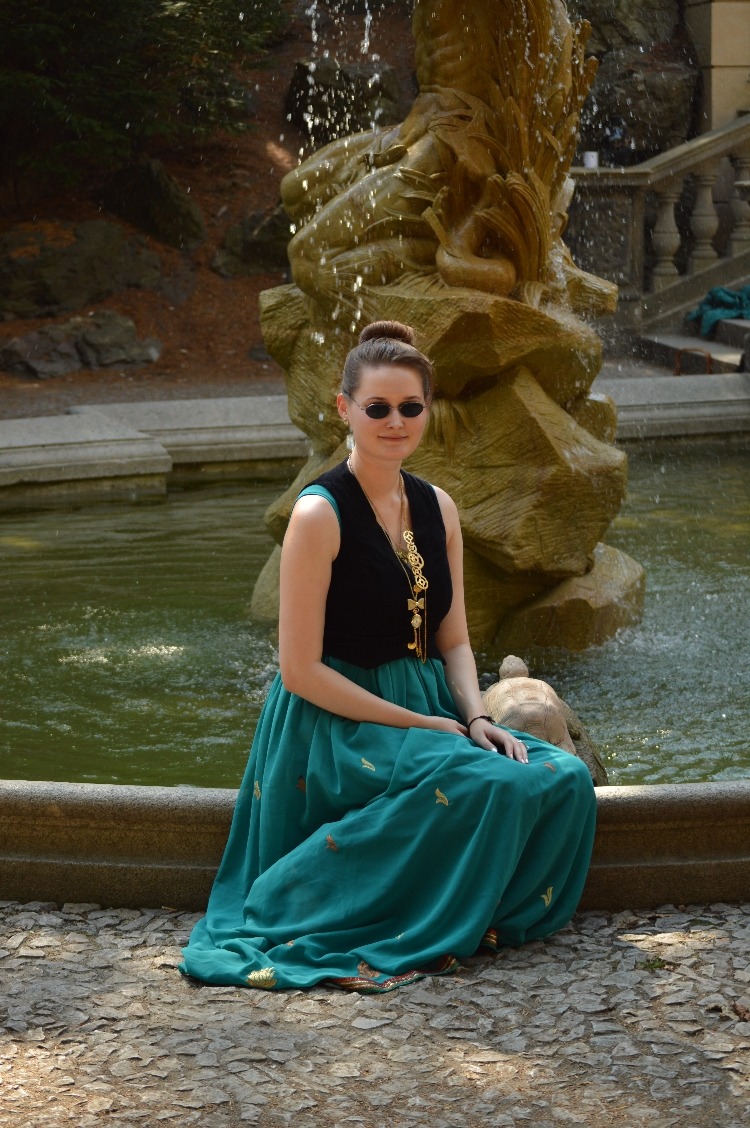 quaintrelle, georgiana, quaint, ootd, outfit, costume, dress, steampunk, steamboy, steamgirl, diy, handmade, velvet, gear, prague, grotta, havlíčkovy sady, picnic, video, vlog