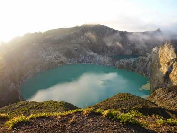 Danau tiga warna di gunung kelimutu, Flores.