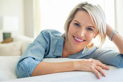 A mulher de 40 anos pode ter o cabelo diferente pelas suas próprias ações