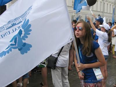 Девушка с флагом Универсиады 2013
