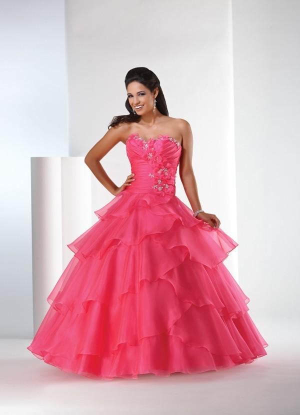 Hermoso vestido, con tirantes finos, escote y falda con vuelo, tul