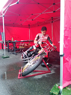 須貝選手、オートレース車に跨る