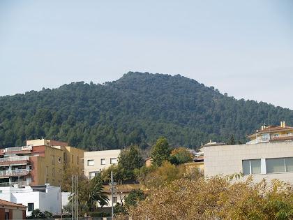 El Montpedrós des de la Plaça del Pi Tallat de Santa Coloma de Cervelló