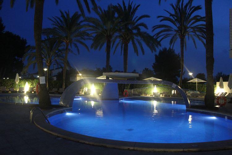 Playa de Muro Suites Hotel im dunklen