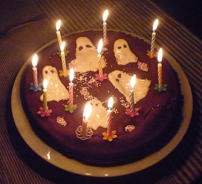 gâteau au chocolat décoré de fantômes