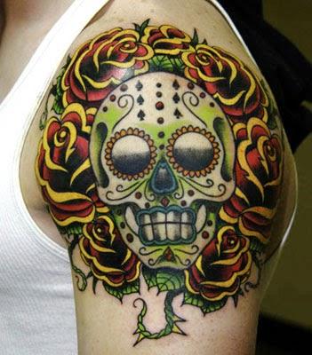 Tatuagens de caveiras mexicanas no braço masculino