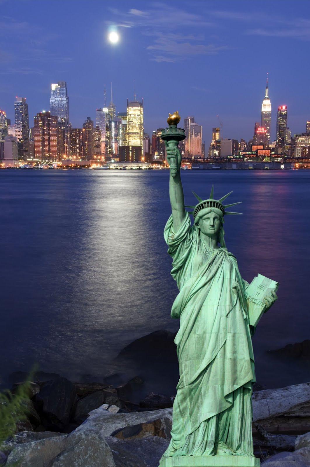 banco de im genes paisaje de la ciudad de nueva york en la noche incluye la majestuosa estatua. Black Bedroom Furniture Sets. Home Design Ideas