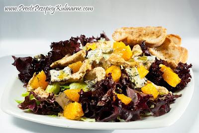 Sałatka z kurczakiem, serem pleśniowym i pomarańczą