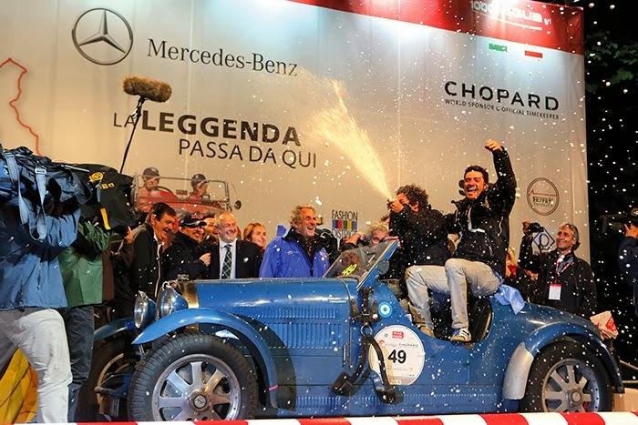 Um Bugatti clássico na premiação das mil milhas italianas percorridas em 2013. O evento conta com grandes patrocinadores e intensa cobertura da mídia.