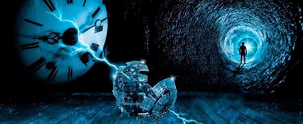 Imagen futurista, de un relog de manecillas grande sale un rayo que destruye una máquina y al otro lado una persona camina por un vórtice con una luz al final.