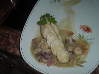 Calamares rellenos de huevas sobre crema de calabacin