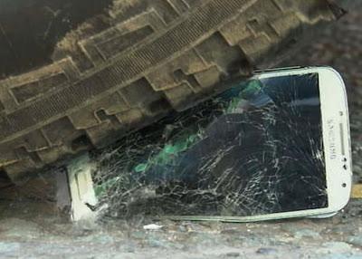 Samsung S4 vs Iphone 5 - A Desctruction Test