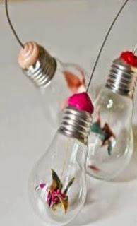 http://manualidadesdehogar.com/ideas-para-reciclar-bombillas-de-lamparas/