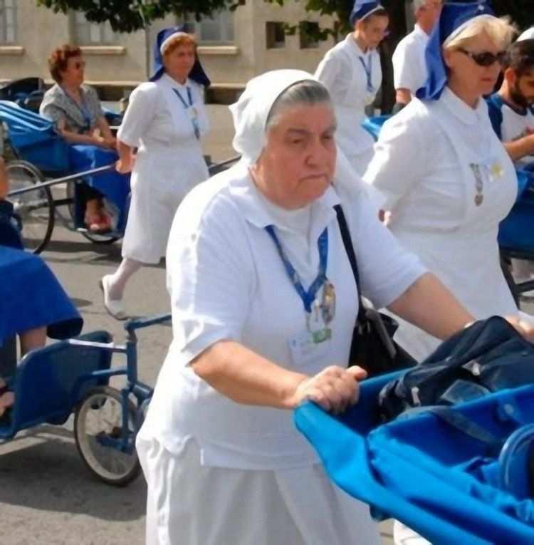 Sóror Luigina não caminhava mais. Depois foi ajudar os doentes, empurrando macas e carrinhos.